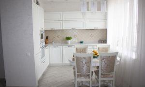 Дизайн классической белой кухни, совмещенной с гостиной, 10 кв. м