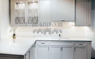 Белая неоклассическая кухня с полуостровом