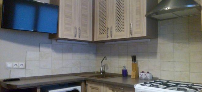 Классическая угловая кухня из МДФ с обоями в немецком стиле
