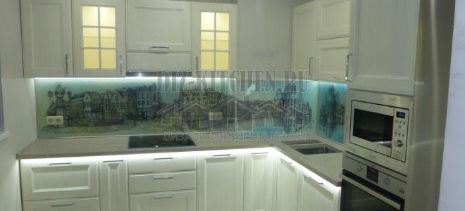 Классическая угловая кухня из массива ясеня с подсветкой