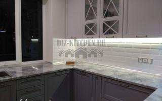 Классическая бело-серая кухня П-образной планировки