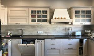 Светлая кухня-гостиная в стиле прованс с барной стойкой