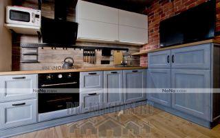 Угловая голубая кухня в стиле лофт из массива ясеня