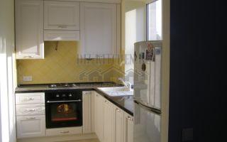 Неоклассическая угловая кухня, вынесенная на лоджию