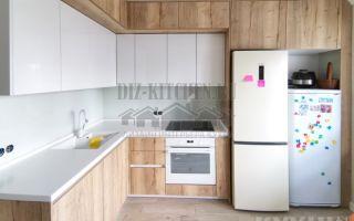 Современная кухня белая с деревом