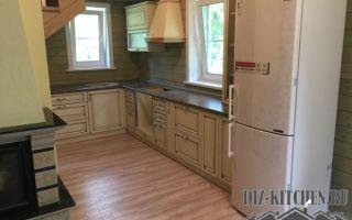 Угловая кухня в теплых тонах в помещении сложной планировки