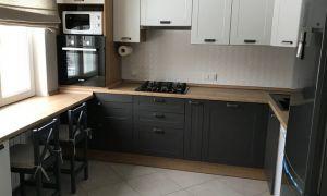 Стильная кухня 10 кв. м с двумя дверями и строгими фасадами в темных и светлых цветах