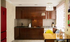 Кухня-гостиная с лаковыми фасадами в стиле ретро — прямиком из СССР