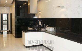 Современная кухня без верхних фасадов, с выделенной варочной зоной