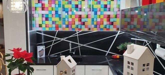 Разноцветная глянцевая кухня с подсветкой под антресолью