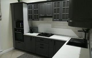Дизайнерский проект кухни с серым гарнитуром оттенка графит