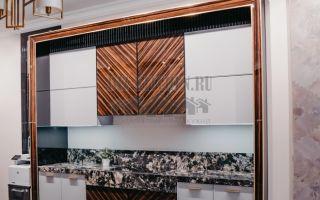 Белая кухня с контрастным центром в стиле арт-деко