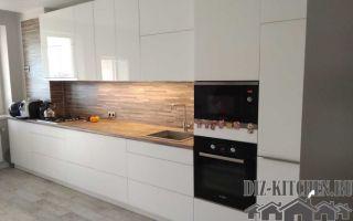 Строгая белая кухня с деревянными элементами и шкафами прямых геометрических форм