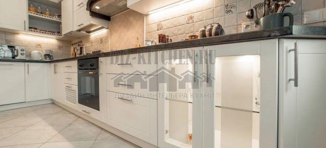Белая неоклассическая кухня 12 кв. м с подсветкой