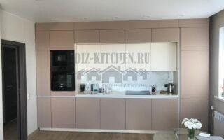 Современная бежевая кухня с фасадами разной глубины