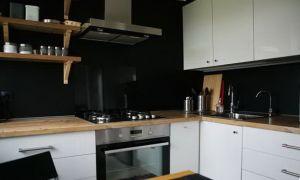Дизайн белой П-образной кухни на 6 кв.м со столешницей-подоконником
