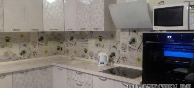 Белая кухня с барной стойкой и цветочными фасадами в малогабаритной квартире