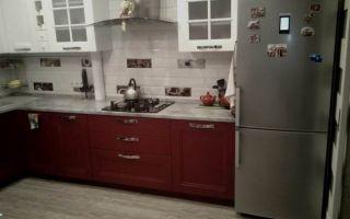 Красно-белая кухня с фотообоями на площади 13 кв.м