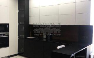 Современная черно-белая кухня с полуостровом на площади 15 кв. м