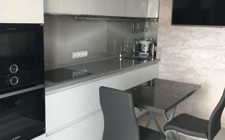Белая глянцевая кухня в стиле минимализма с нишей в стене