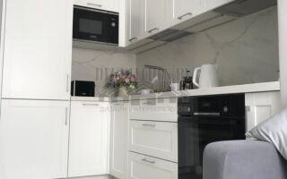 Неоклассическая угловая белая кухня Бетта
