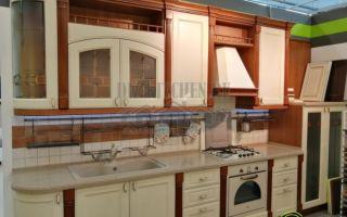 Классическая кухня Римини с контрастными фасадами из акации