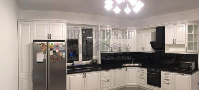 Неоклассическая белая кухня с черной столешницей и фартуком