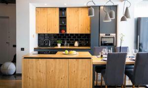 Большая кухня-гостиная с элементами лофта