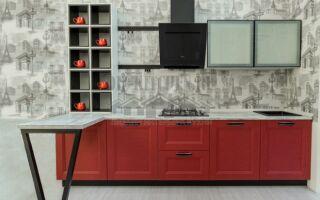 Изящная красно-черная кухня с открытым буфетом на всю стену