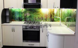 Современная белая кухня с яркой фотопечатью на фартуке
