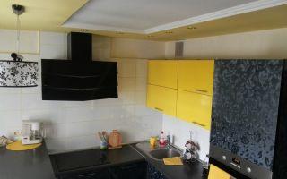 Желтая кухня 10 кв. м. с барной стойкой и фасадами с голографическим рисунком