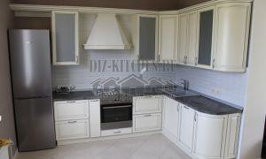 Классическая светлая угловая кухня 12 кв. м с черной столешницей
