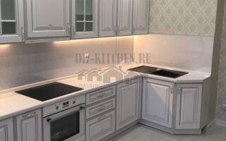 Жемчужная классическая кухня в светлом интерьере