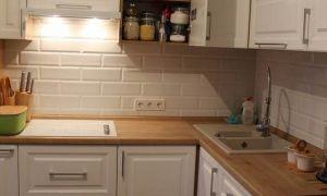 Г-образная белая кухня 9 кв.м в классическом стиле