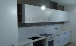 Разноуровневая бело-коричневая дизайнерская кухня