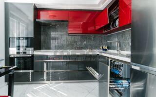 Серо-красная кухня в современном стиле на площади 8 м<sup>2</sup>