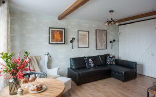 Современный дизайн кухни в квартире-студии площадью 32 кв. м с элементами кантри