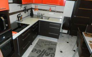 Яркая кухня 9 м<sup>2</sup>, цвет фасадов оранжевый и венге