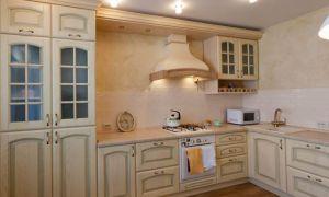 Молочная элегантная Г-образная кухня в классическом стиле