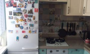 Желто-голубая неоклассическая кухня 8 кв. м из массива дуба