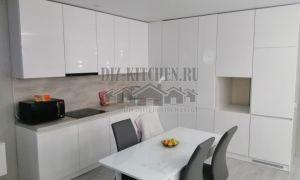 Белая современная кухня 25 кв.м, совмещенная с гостиной