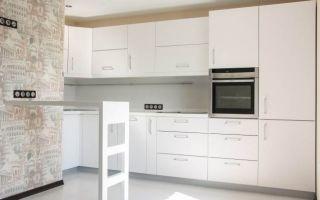 Дизайн белой кухни-гостиной с барной стойкой из камня в Москве