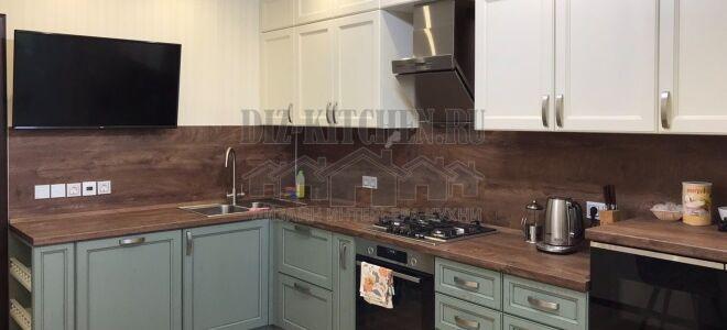 Неоклассическая бело-голубая кухня с деревянной столешницей