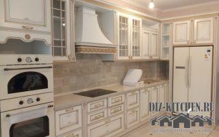 Белая кухня-гостиная в классическом стиле с итальянскими фасадами из массива