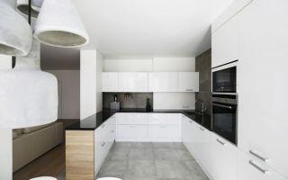 Современная П-образная кухня в скандинавском стиле