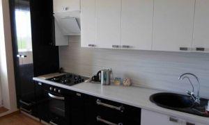 Дизайн прямой черно-белой кухни 9 кв.м