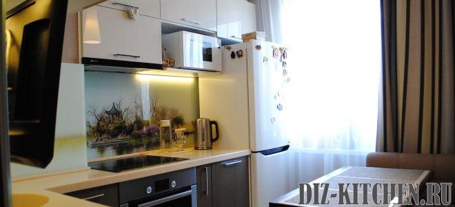 Модная глянцевая кухня 6,5 кв. м. с белыми фасадами из МДФ и телевизором