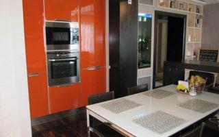 Оранжево-белая кухня-гостиная площадью 10 кв.м