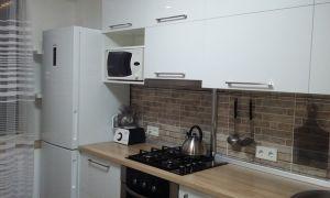 Дизайн белой кухни 11 кв. м с плиткой под кирпич в Минске