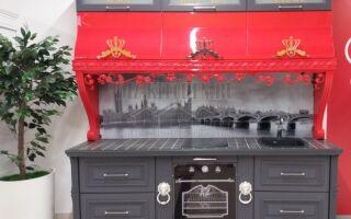 Классическая серо-красная кухня в английском стиле